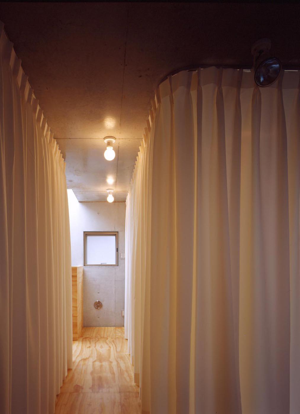 コンクリート住宅、カーテン、間仕切