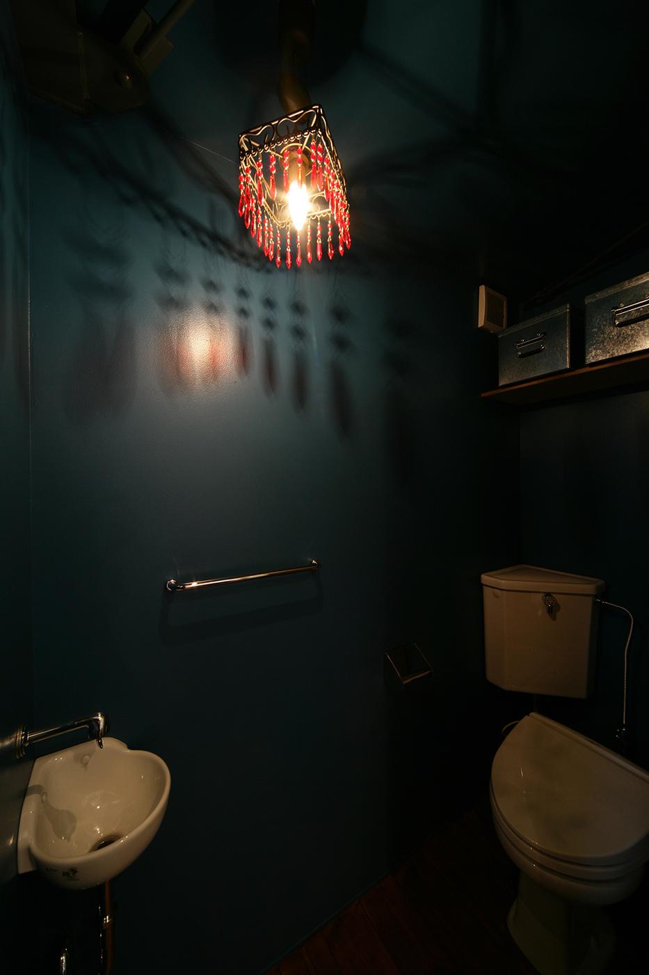 狭小住宅、個性的な色の便所