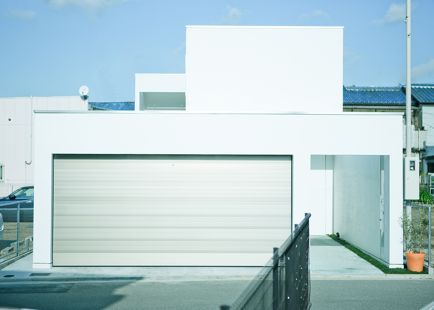堺のガレージと中庭のある白い家