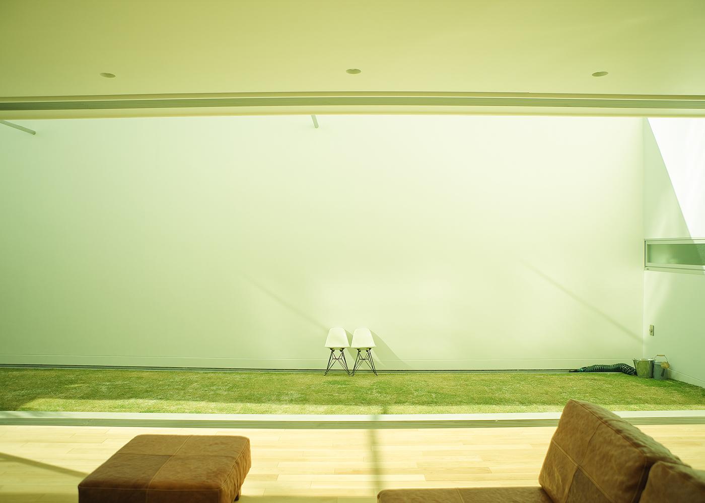 中庭と大きな窓の家中庭