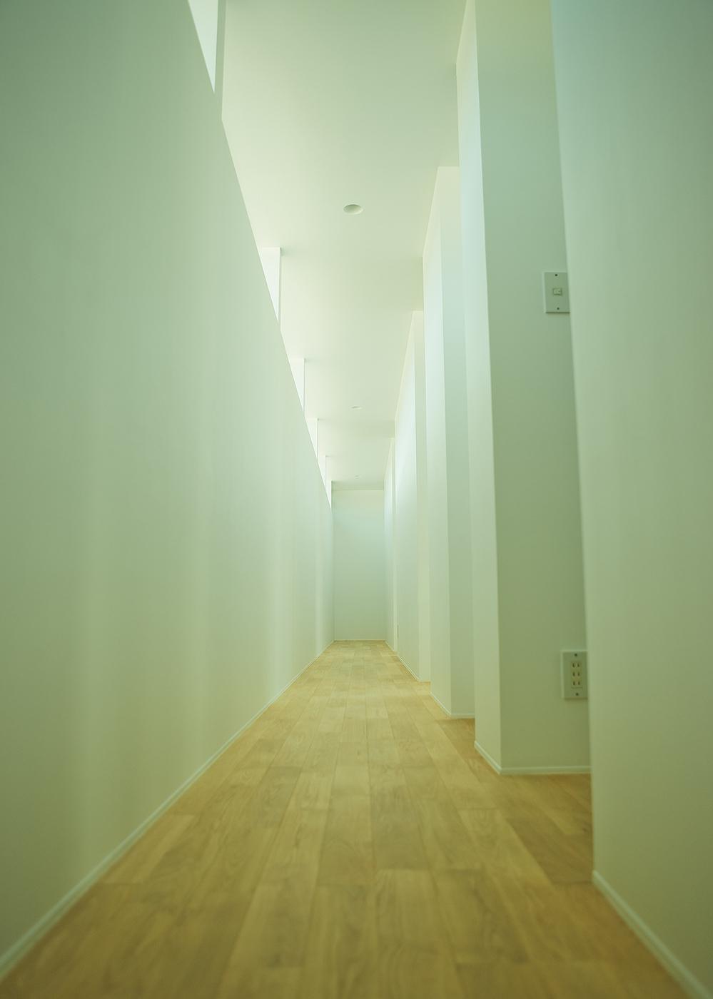 白い住宅廊下
