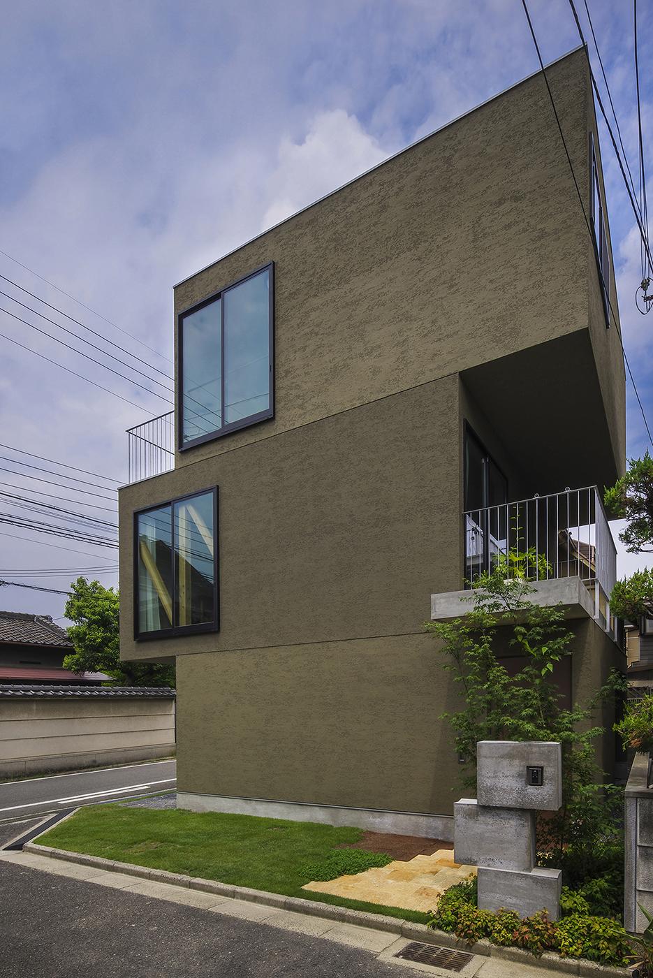 立体的な庭のある住宅