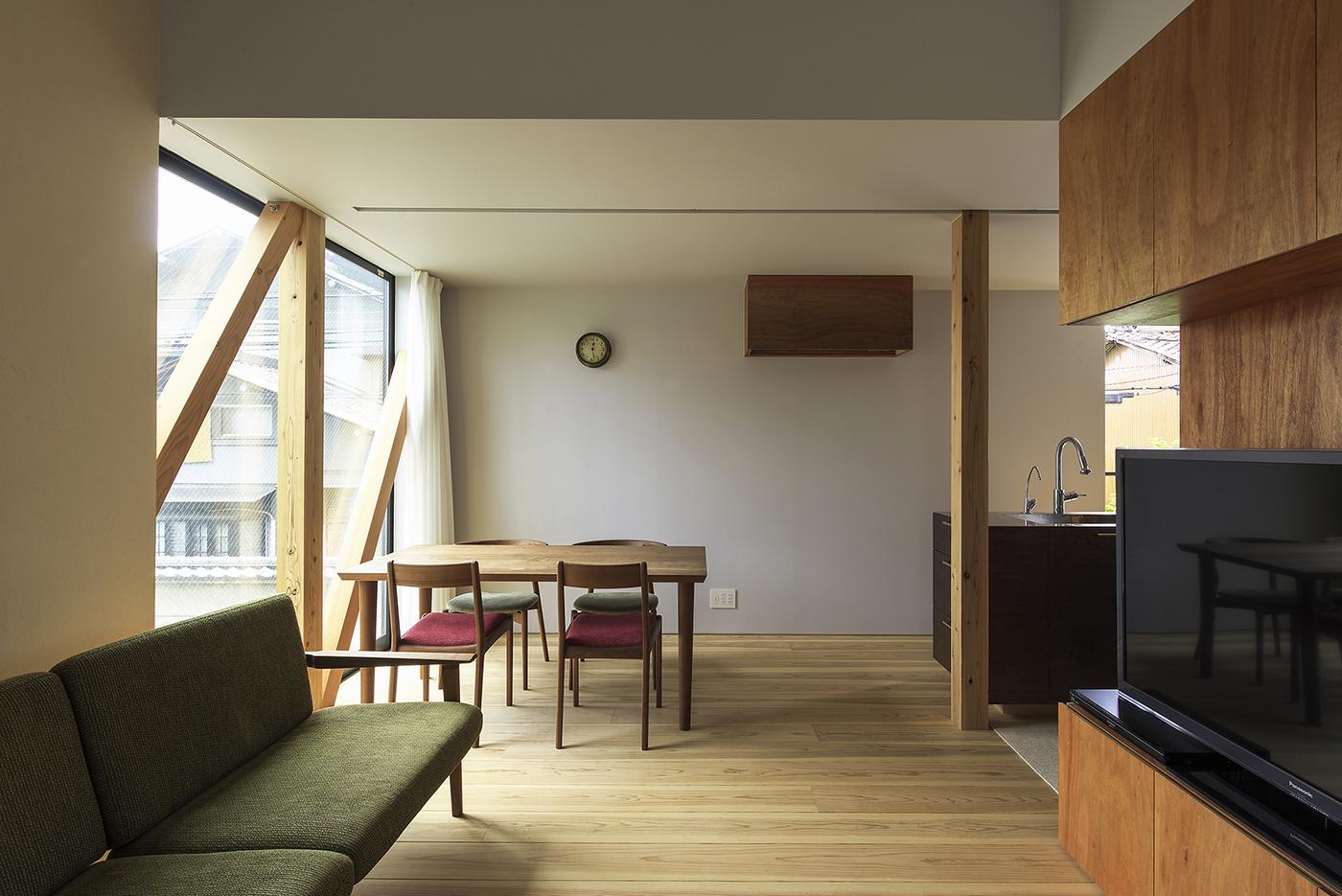 シンプルなリビング、木造3階