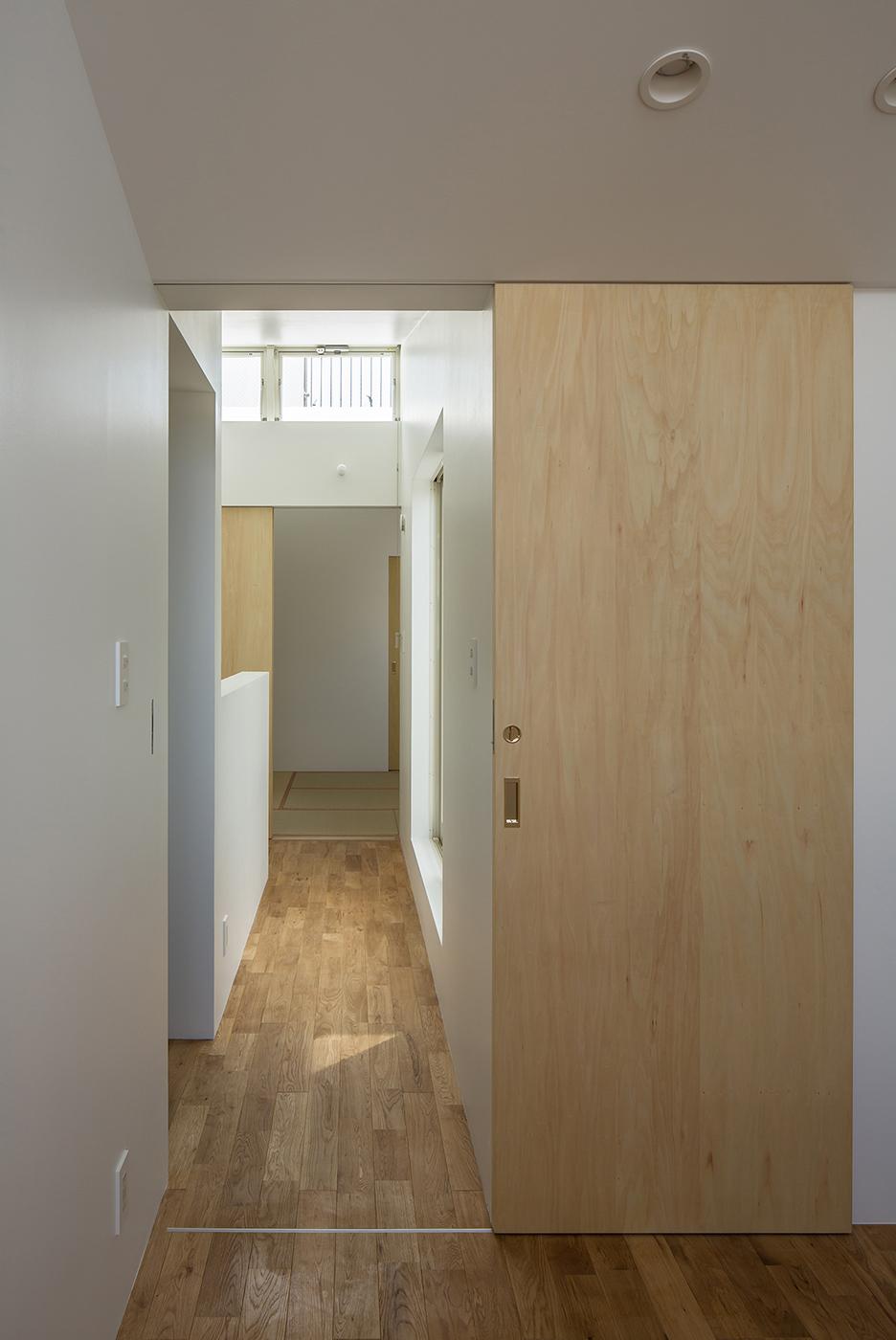 白い狭小住宅