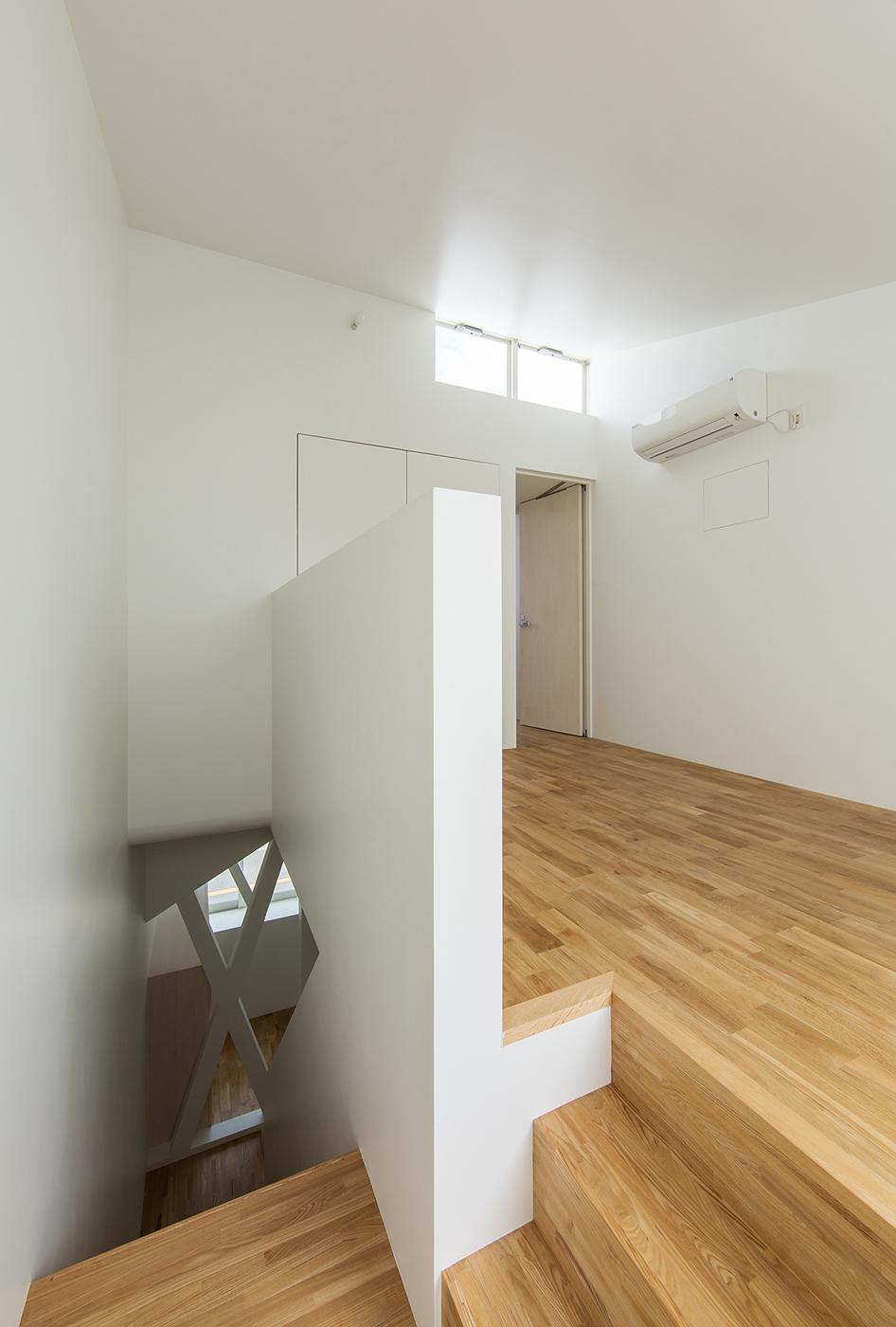 3階建て白い狭小住宅