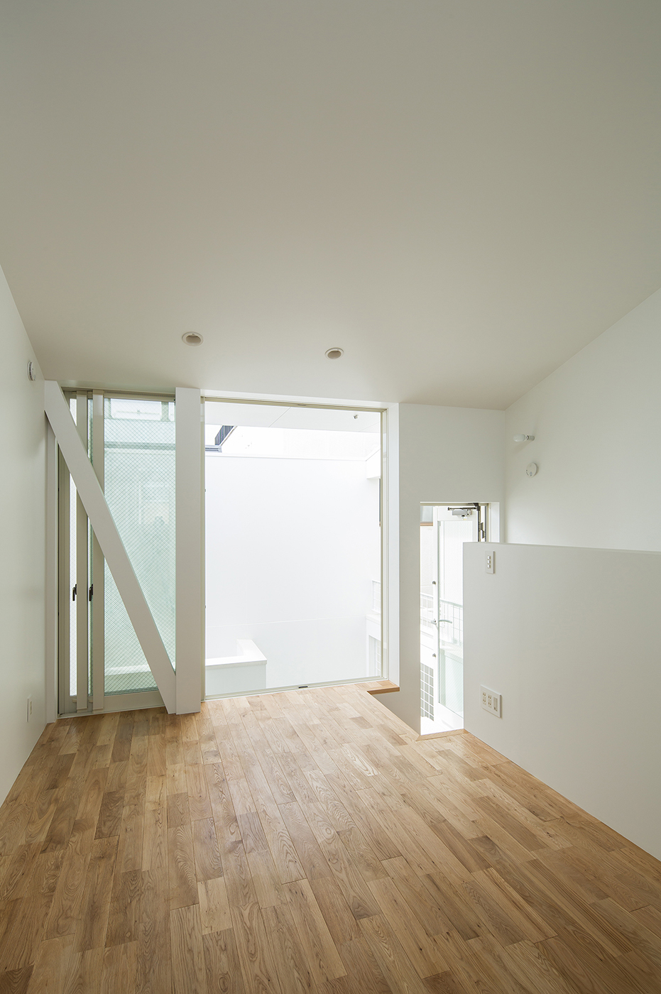 白いシンプルな住宅