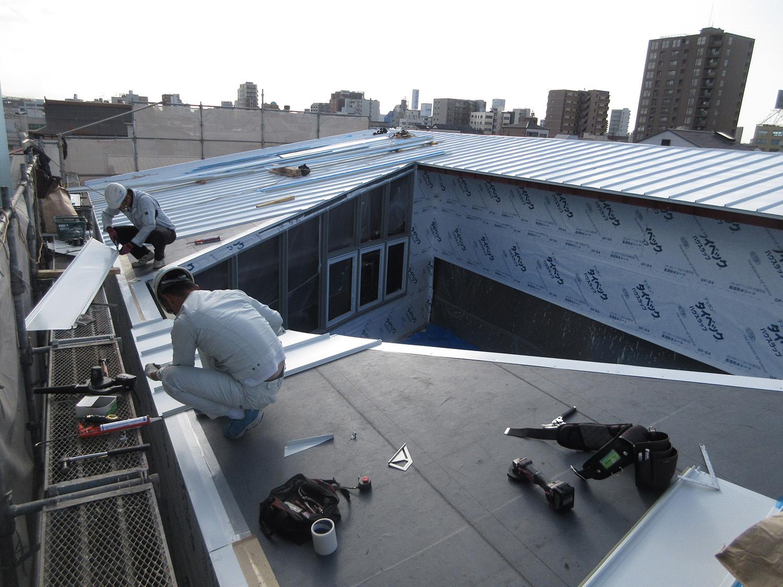 屋根|K新社屋[大阪市阿倍野区に建つ鉄骨3階建て事務所・倉庫が併設した工場]