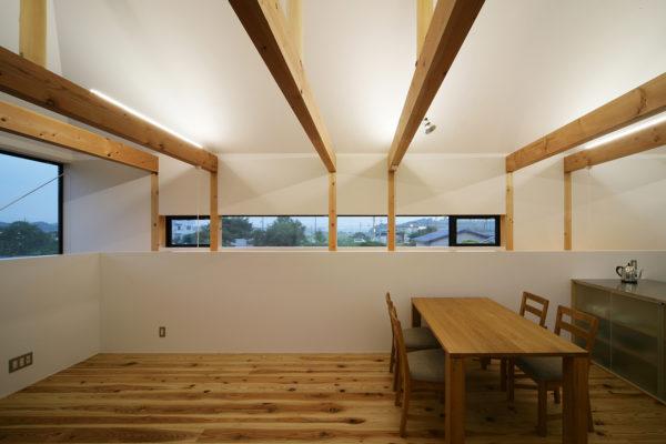 木造、天井の高いリビング