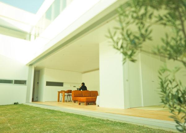 開放的なリビング、中庭