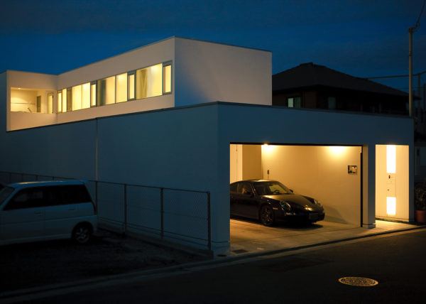ガレージ付きの住宅