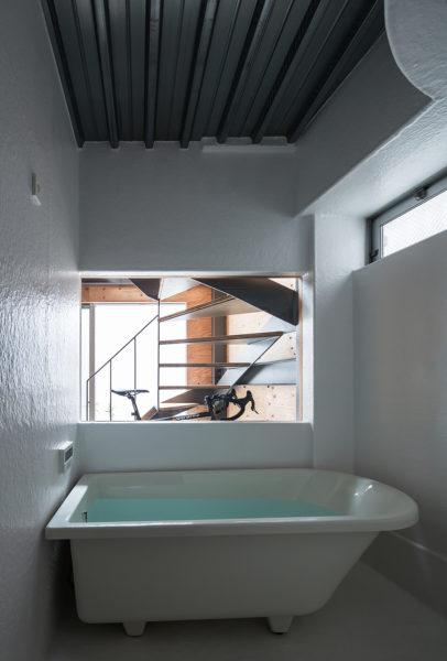 倉庫のような家浴室
