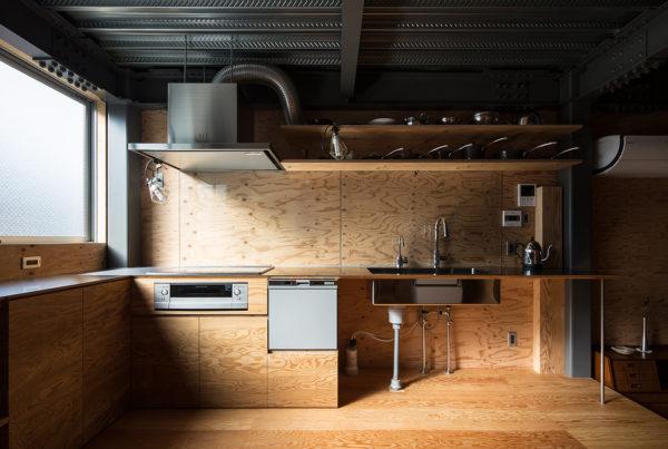 鉄とべニアの住宅キッチン