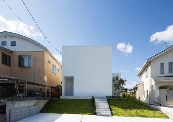 アトリエのある白い住宅外観