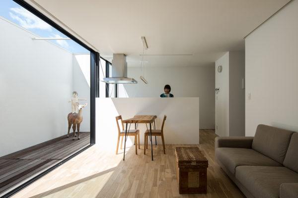 中庭と大きな窓アトリエのあるシンプルな住宅