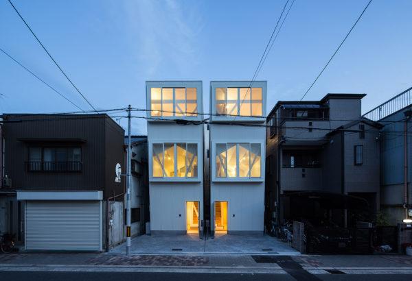 白いガルバリウム鋼板3階建て狭小住宅