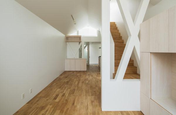 白いシンプルな狭小住宅
